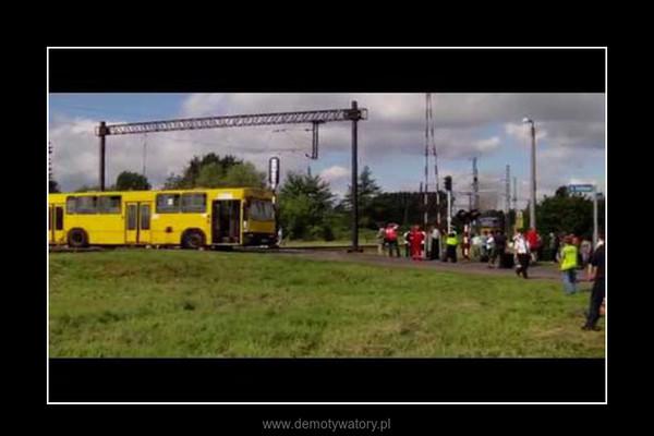 Pociąg zderzył się z autobusem na przejeździe –