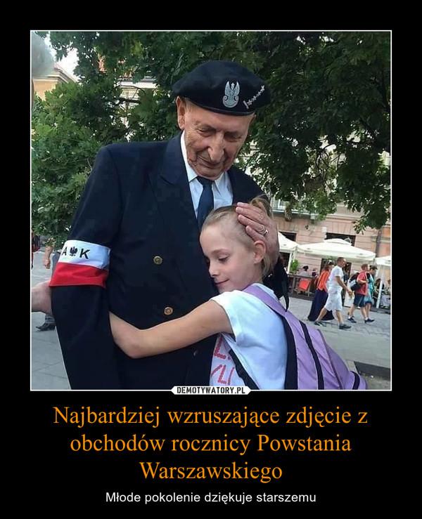 Najbardziej wzruszające zdjęcie z obchodów rocznicy Powstania Warszawskiego – Młode pokolenie dziękuje starszemu