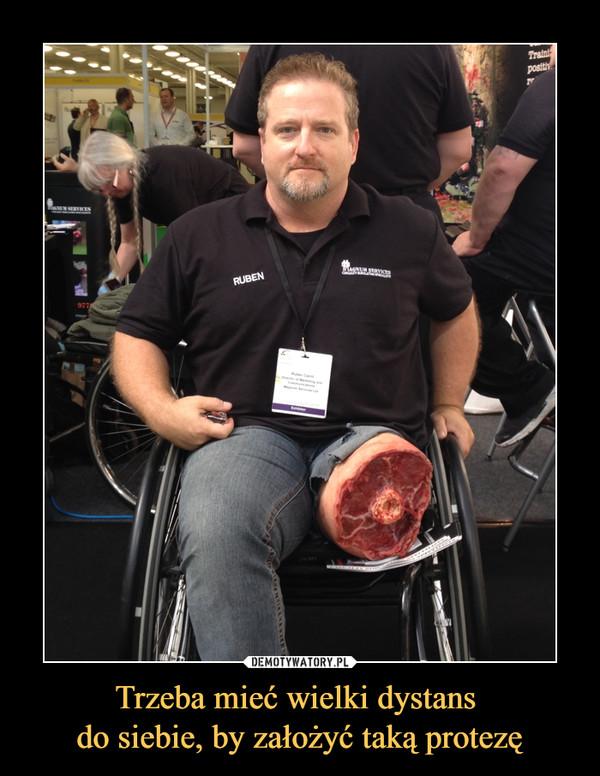 Trzeba mieć wielki dystans do siebie, by założyć taką protezę –