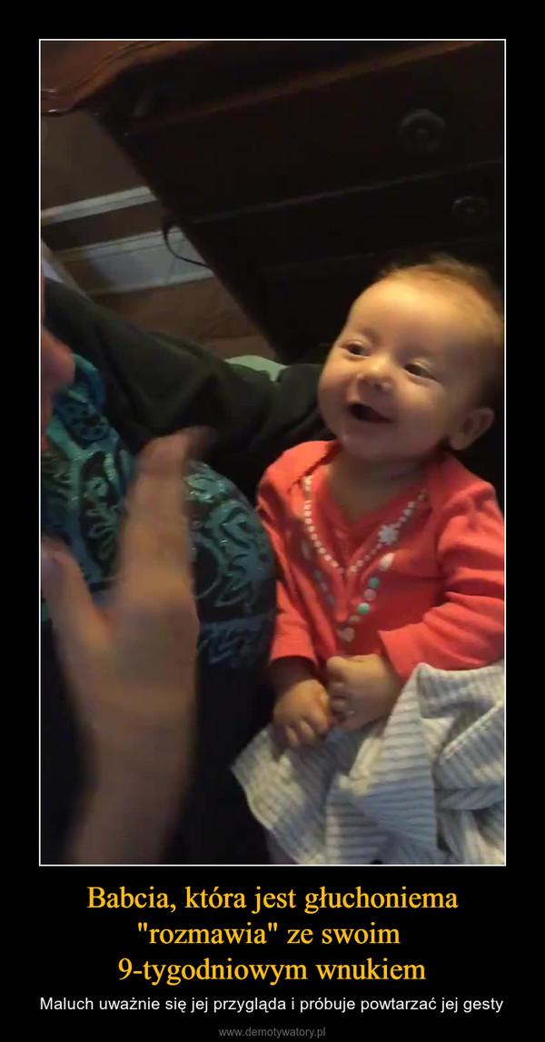 """Babcia, która jest głuchoniema """"rozmawia"""" ze swoim 9-tygodniowym wnukiem – Maluch uważnie się jej przygląda i próbuje powtarzać jej gesty"""