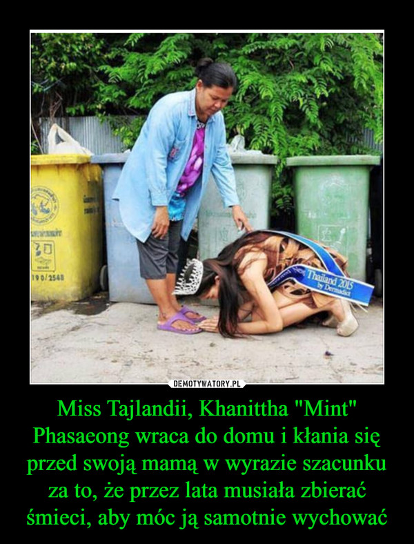 """Miss Tajlandii, Khanittha """"Mint"""" Phasaeong wraca do domu i kłania się przed swoją mamą w wyrazie szacunku za to, że przez lata musiała zbierać śmieci, aby móc ją samotnie wychować –"""
