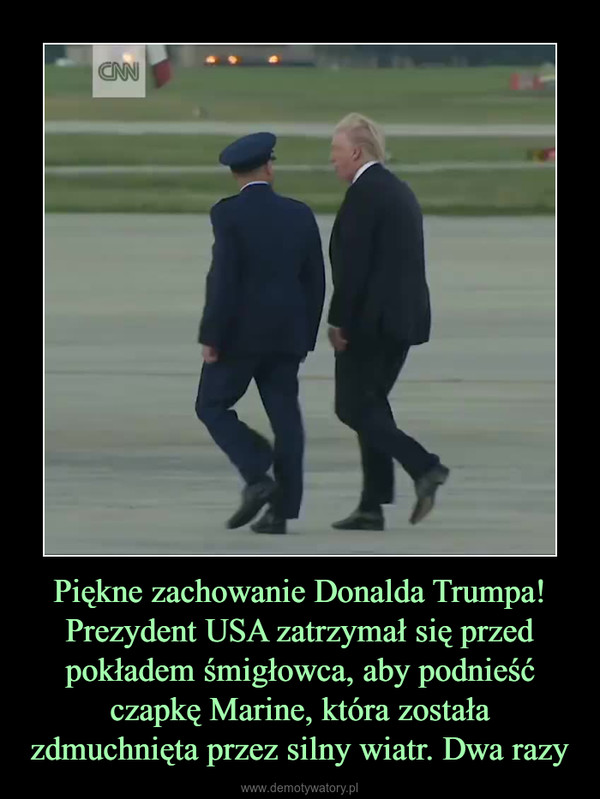 Piękne zachowanie Donalda Trumpa! Prezydent USA zatrzymał się przed pokładem śmigłowca, aby podnieść czapkę Marine, która została zdmuchnięta przez silny wiatr. Dwa razy –