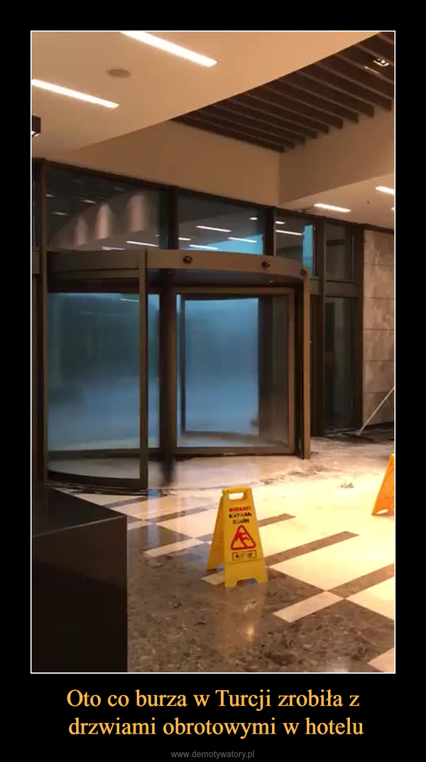 Oto co burza w Turcji zrobiła z drzwiami obrotowymi w hotelu –