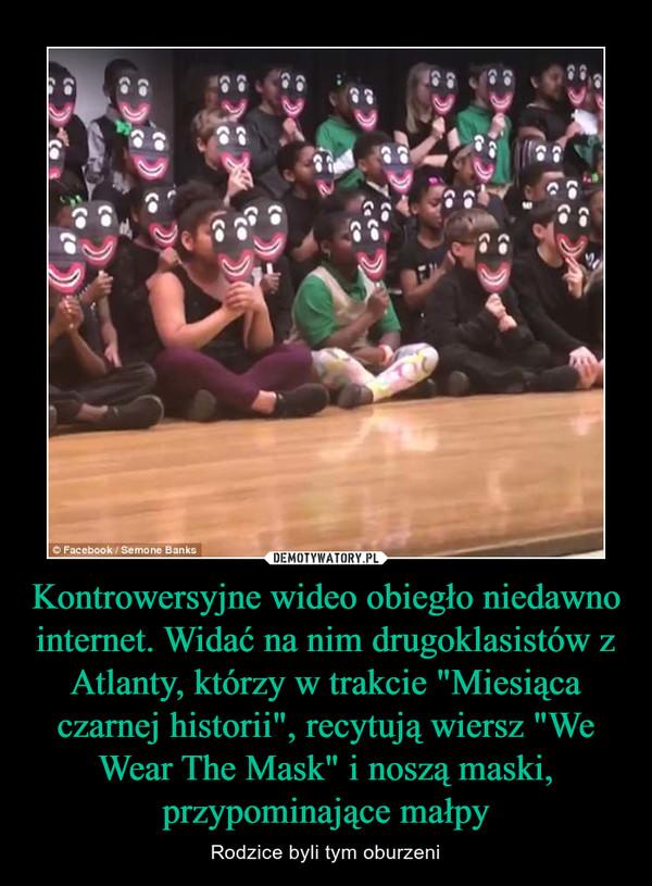 """Kontrowersyjne wideo obiegło niedawno internet. Widać na nim drugoklasistów z Atlanty, którzy w trakcie """"Miesiąca czarnej historii"""", recytują wiersz """"We Wear The Mask"""" i noszą maski, przypominające małpy – Rodzice byli tym oburzeni"""