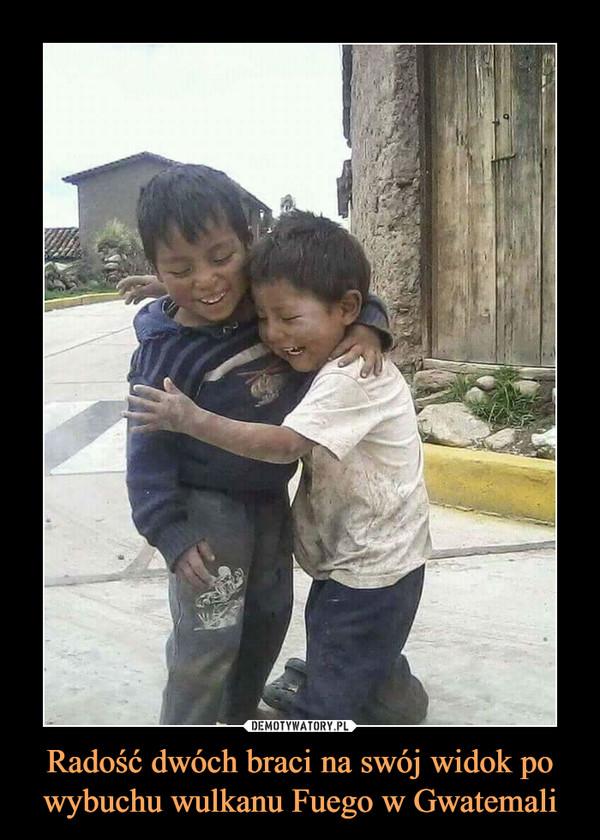 Radość dwóch braci na swój widok po wybuchu wulkanu Fuego w Gwatemali –