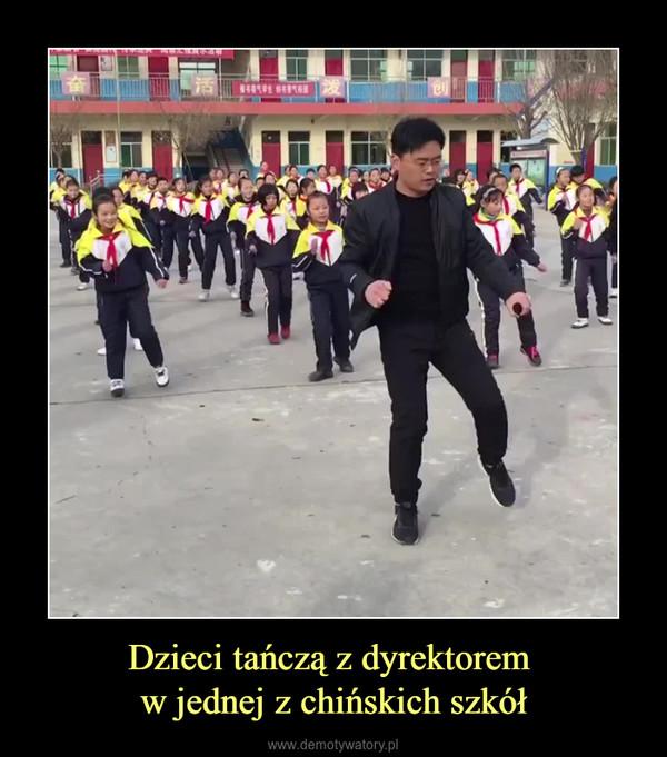 Dzieci tańczą z dyrektorem w jednej z chińskich szkół –