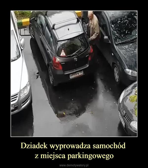 Dziadek wyprowadza samochód z miejsca parkingowego –