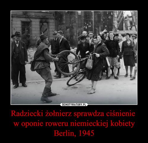 Radziecki żołnierz sprawdza ciśnienie  w oponie roweru niemieckiej kobiety Berlin, 1945