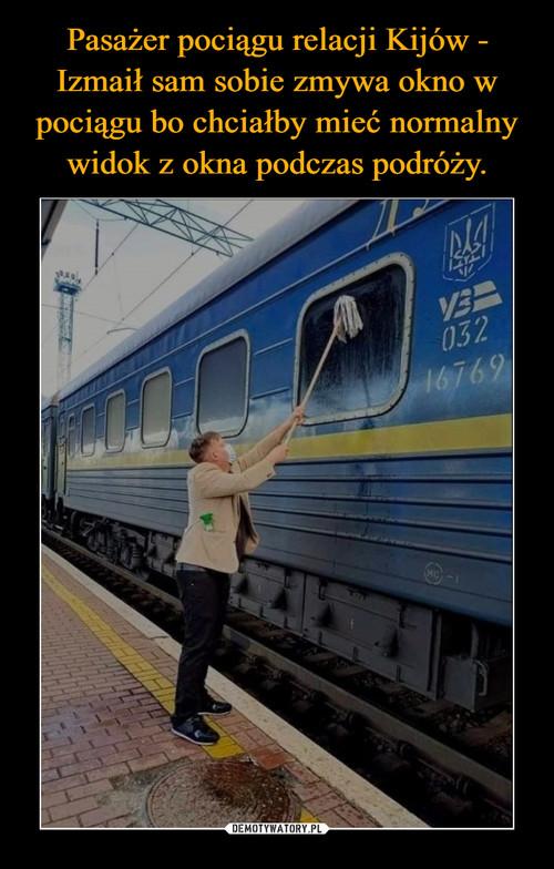 Pasażer pociągu relacji Kijów - Izmaił sam sobie zmywa okno w pociągu bo chciałby mieć normalny widok z okna podczas podróży.