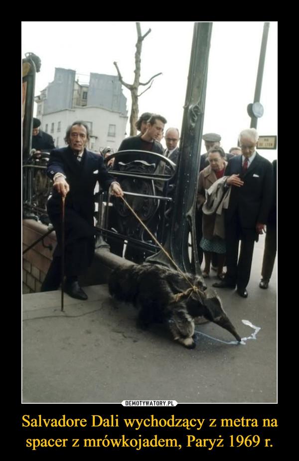 Salvadore Dali wychodzący z metra na spacer z mrówkojadem, Paryż 1969 r. –