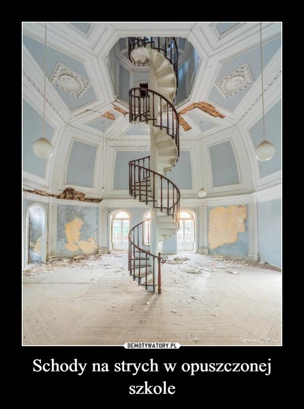 Schody na strych w opuszczonej szkole –