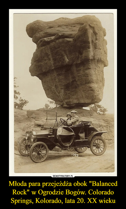 """Młoda para przejeżdża obok """"Balanced Rock"""" w Ogrodzie Bogów. Colorado Springs, Kolorado, lata 20. XX wieku"""